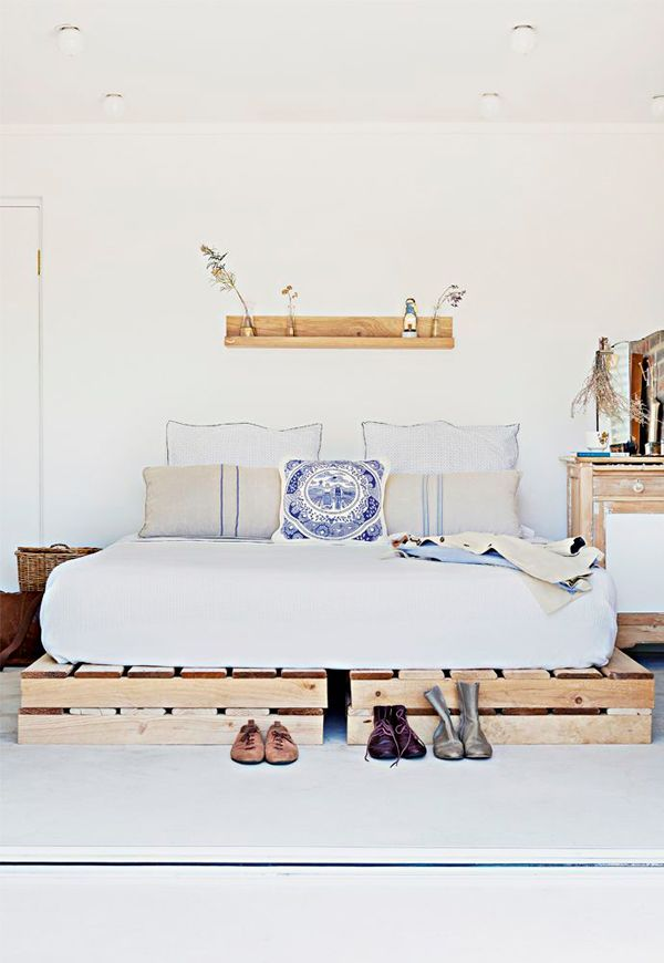 Love the idea of a bed on wood pallets, wonder if it\'s comfy?   Home ...