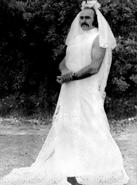 sean connery con un vestido de novia en el set de zardoz | funny