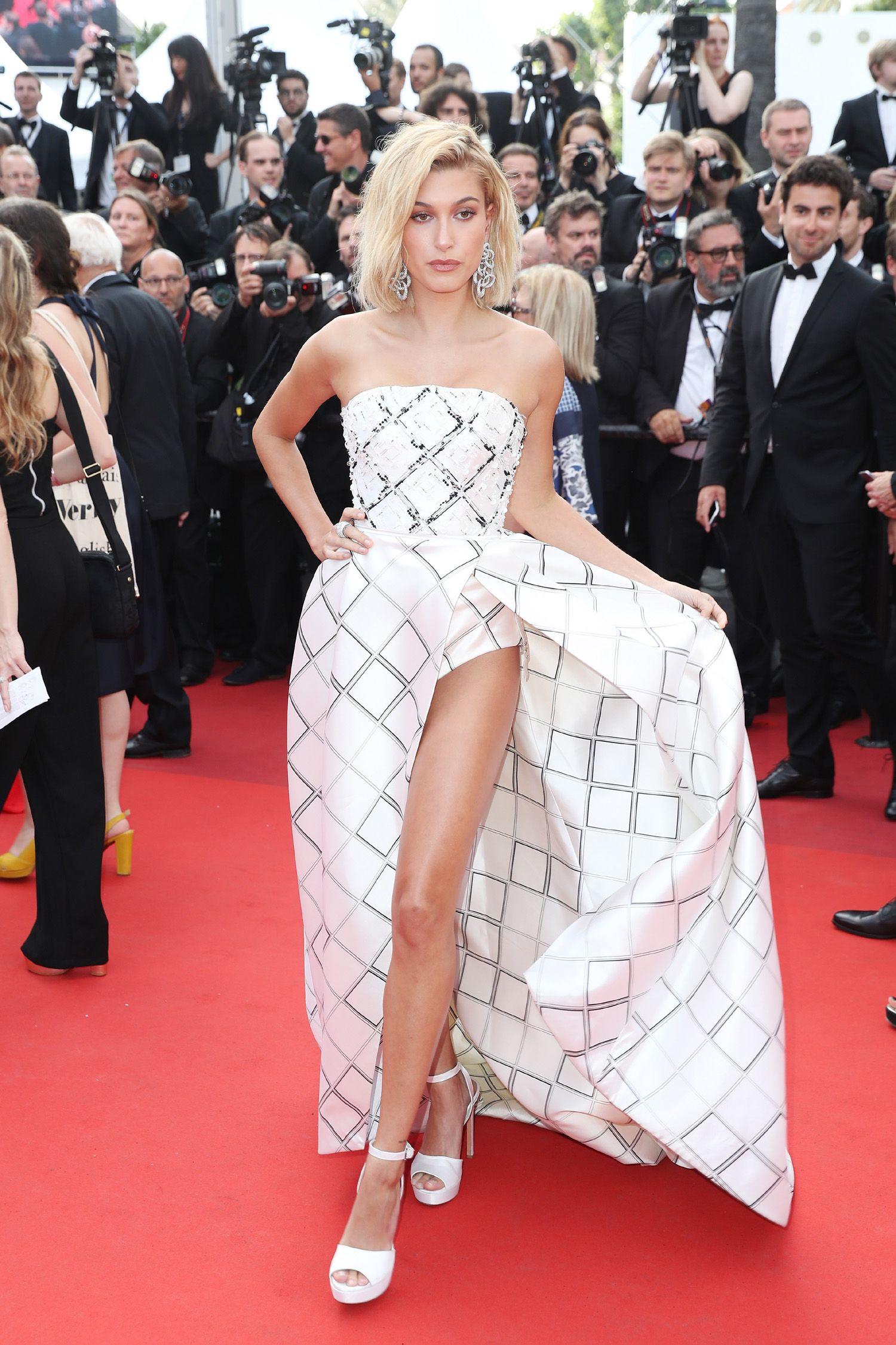 Lingerie combinando com vestido leva fenda ao extremo no red carpet