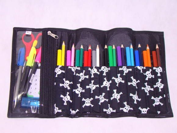f4adb1130 Estojo escolar   Porta lápis. Ótima opção para deixar as os lápis e as  canetinhas organizadas. Fácil de usar. Cabem 12 lápis de cor + 12  canetinhas Tem uma ...