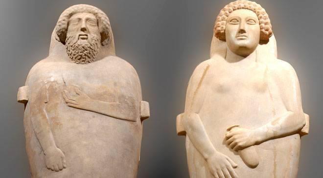 Sarcófagos fenicios en el Museo de Cádiz. Cuando los fenicios fundaron Gadir, en el año ca. 1100 a.C., establecieron un enclave en Occidente comparable a Tiro, Sidón o Biblos. Es la más antigua ciudad de la Europa occidental. Unos cuatro siglos perteneció a Fenicia hasta que los cartagineses la heredaran y lucharan por ella frente a Roma. La antigua Cádiz, por tanto, estuvo influida por estas tres grandes culturas durante más de 1300 años.