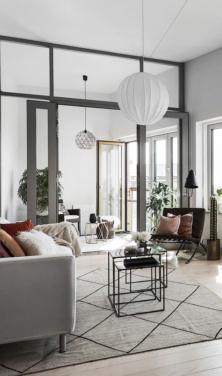 It's in the Kungsholmen district of Stockholm, near a lake that this apartment is presented by Esny. The vast volumes are not lacking in attractions thanks to the mix of warm colours, textiles and natural materials.