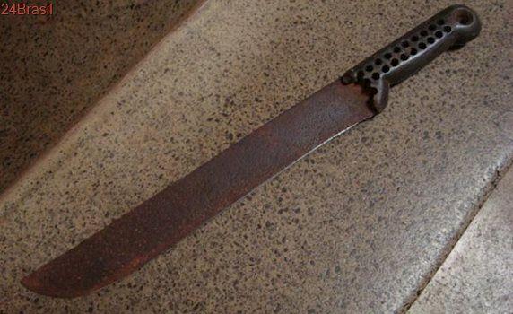 Homem tenta golpear pastor da Assembleia de Deus com facão