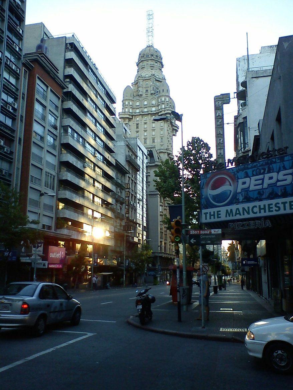Esquina de la calle Convención y la Avenida 18 de Julio-Montevideo, Uruguay