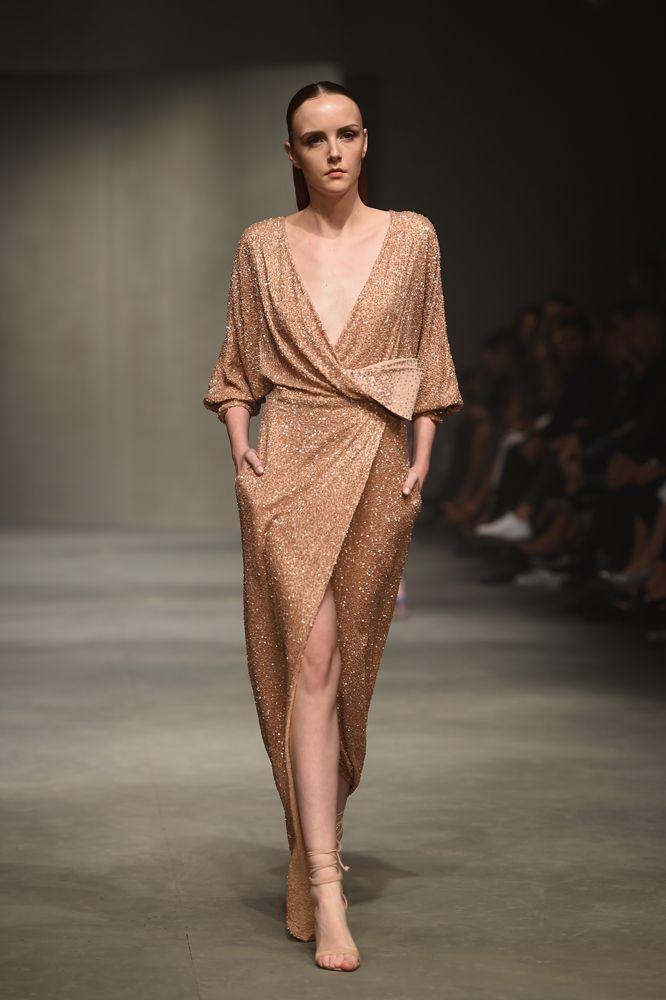 Türk modacı Özgür Masur\'un defilesinden... | elbise | Pinterest