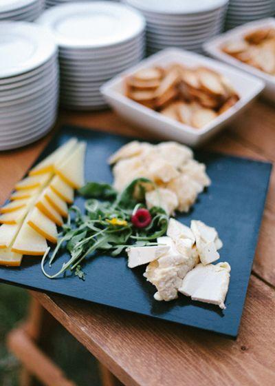 Buffet de quesos. Boda hipster al aire libre organizada por Detallerie. Buffet de quesos. Outdoors hipster wedding by Detallerie.