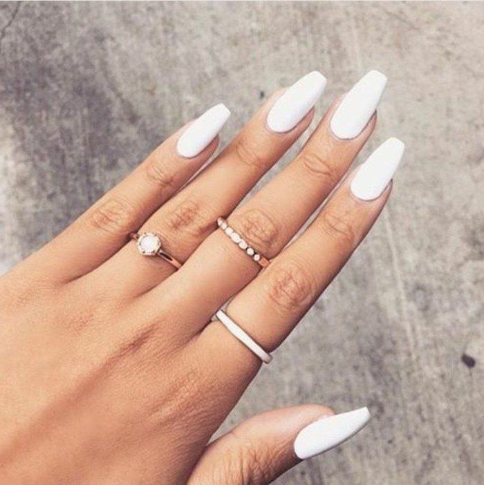 deco nagel lange witte manicure eenvoudige en pure sieraden