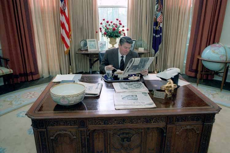 reagan oval office. President Ronald Reagan Eating Lunch At His Desk In The Oval Office.1/26 Office