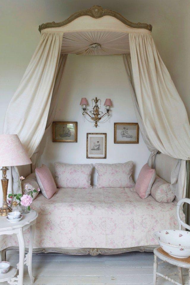 shabby chic schlafzimmer himmelbett alte fotos wanddeko | Einrichten ...