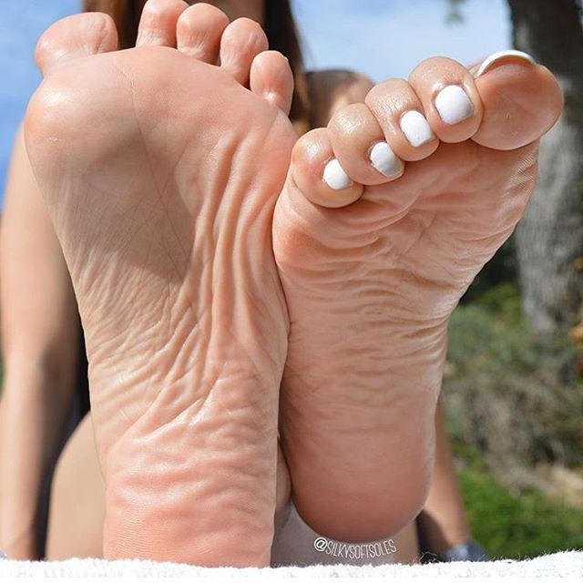 Ebony ass n feet
