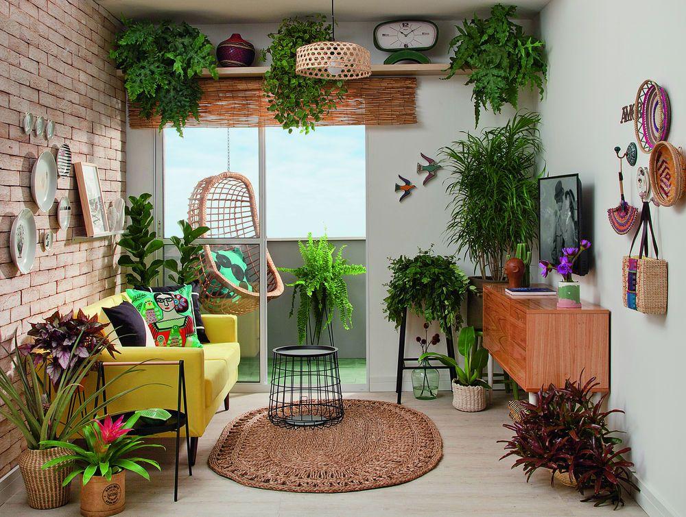 Sala de estar e varanda com inspiração urban jungle