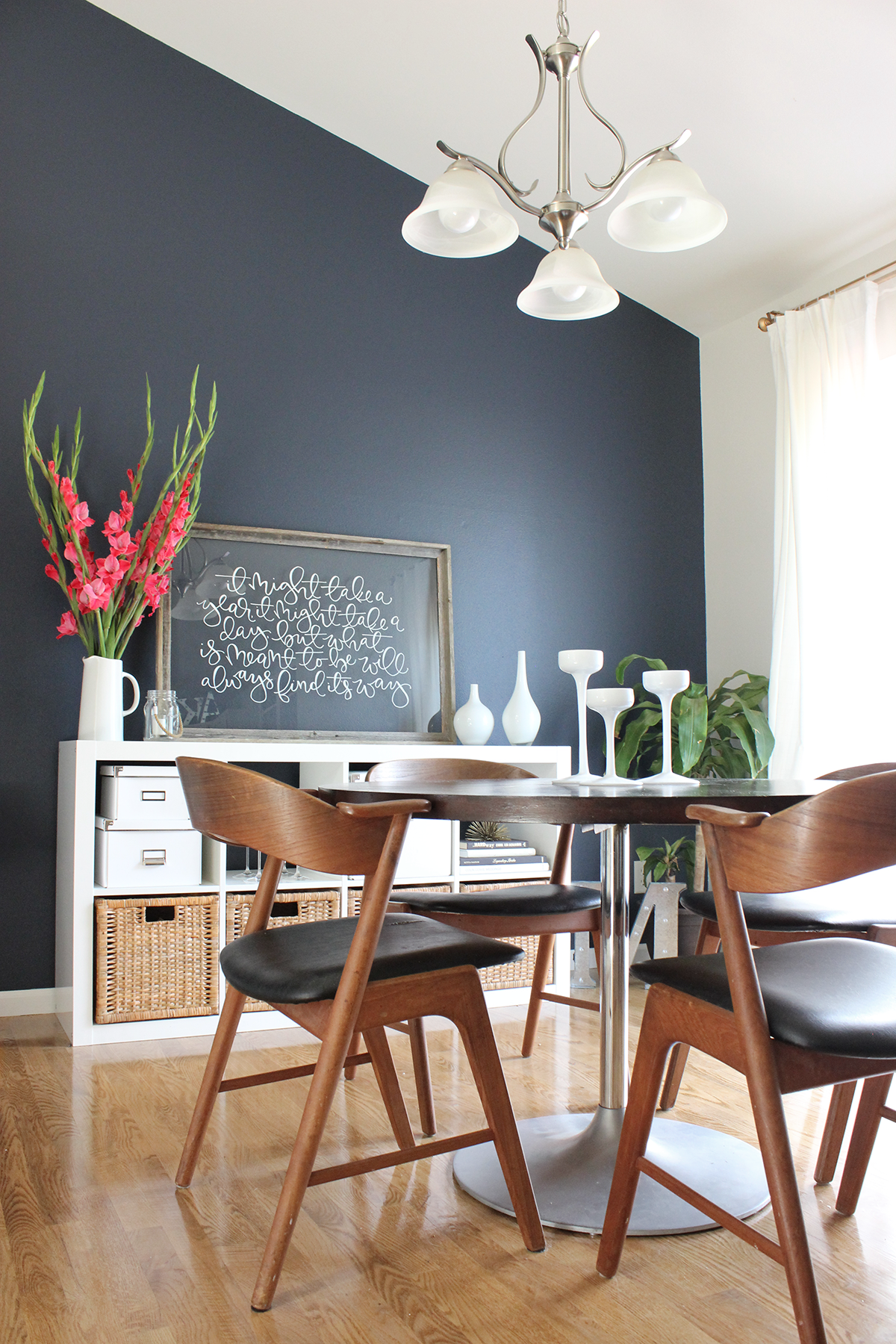 Modern dining room with navy accent wall || Saffron Avenue
