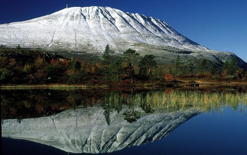Mange mener at Gaustatoppen er Norges vakreste fjell. Fra toppen kan du se en sjettedel av Norge - hvis været tillater det.