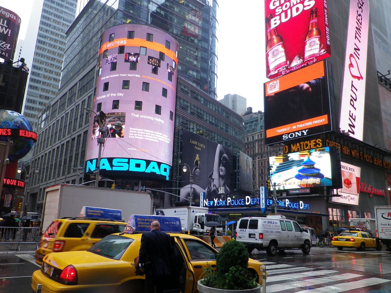Wer nach New York kommt, schaut sich nicht nur all die vielen Sehenswürdigkeiten an, er bringt auch die Kreditkarte zum glühen. Shoppen ist neben Sightseeing das zweite MUSS. …...mehr unter: http://welt-sehenerleben.de/Archive/783/new-york-shoppen-schauen-und-staunen/  #NewYork #USA #Reisen #Urlaub
