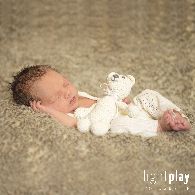 baby fotoshooting mit einem kleinen b rchen als accessoire. Black Bedroom Furniture Sets. Home Design Ideas