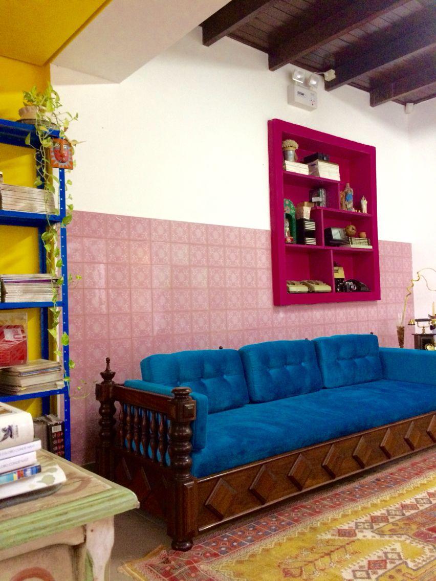 Sofá retrô herdado da sogra, revestido de veludo azul, compondo com azulejos rosa da década de 60 neste ambiente de descanso e leitura no meu escritório de arquitetura!