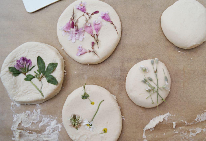 Blumenfreuden // Schönes aus Salzteig mit Kindern basteln - Schwesternliebe&Wir #kleeblattbasteln