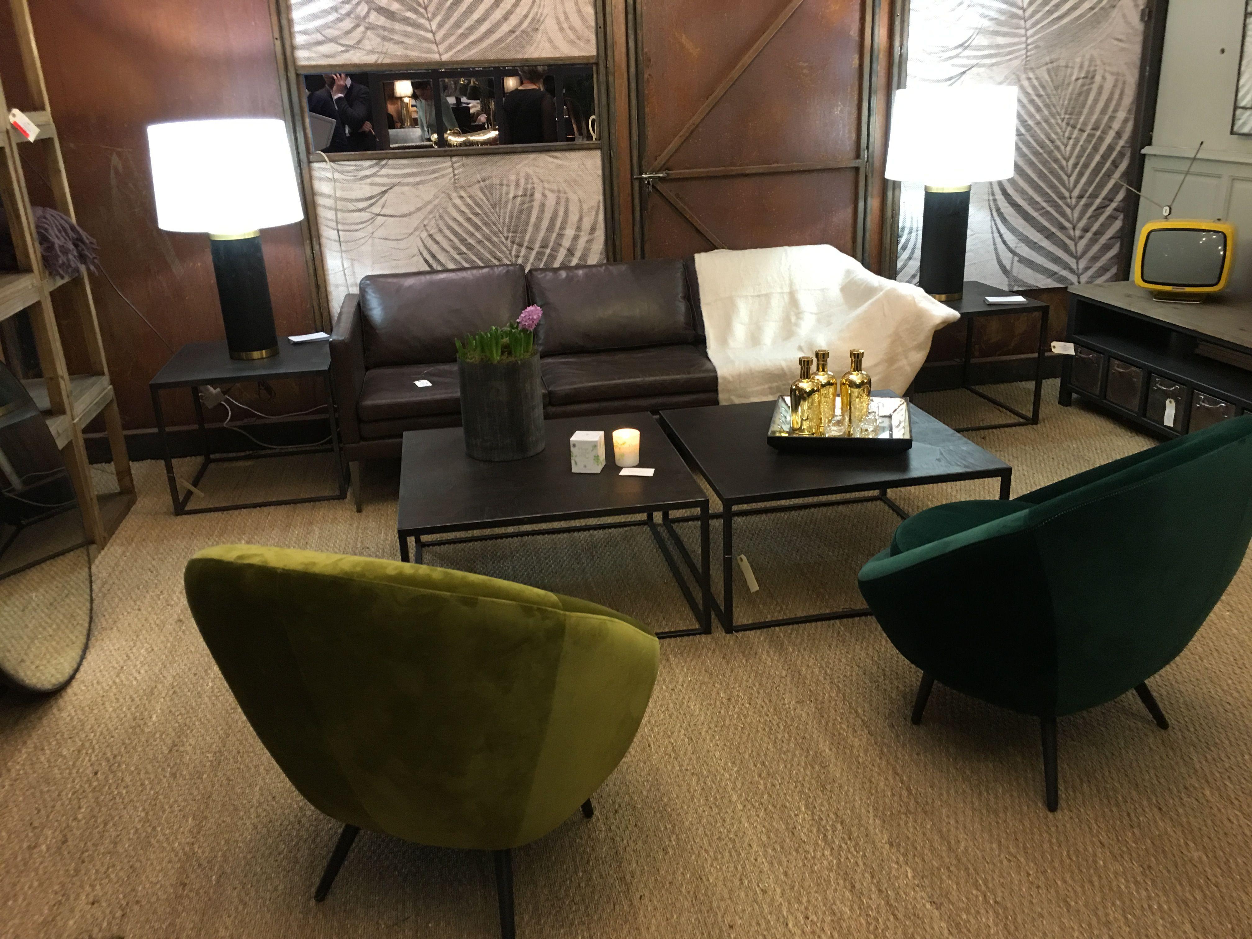 Salon décoration industriel avec canapé en cuir marron et