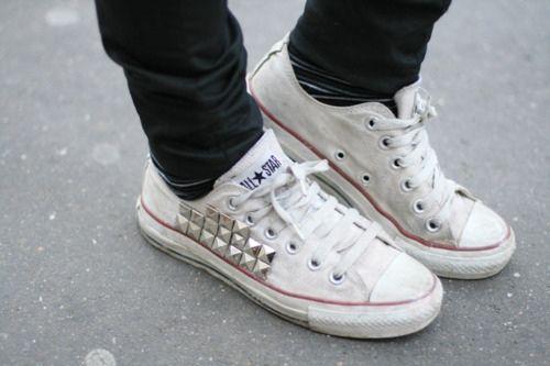 """""""Sneakers"""": Las mujeres, normalmente, solemos vernos más favorecidas subidas a unos stilettos de 10 cm de tacón, pero la moda es capaz de modificar cualquier estereotipo.    Esta temporada, una de las tendencias más vistas en los looks de street style es la de las sneakers. La comodidad ha sustituído a los taconazos, pero eso no quiere decir que vayamos a calzar de una forma menos sofisticada."""