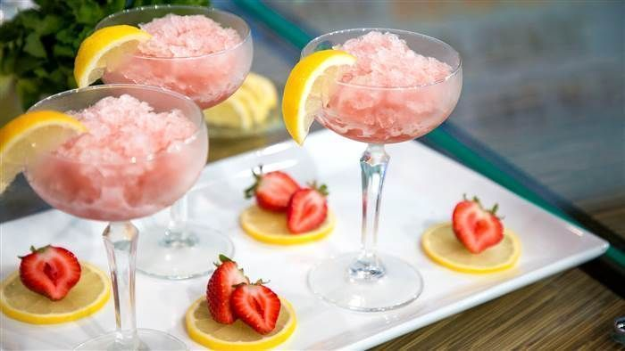 5 easy frozen summer cocktails: Frosé, beer slushies, champagne pops & more #champagnepopsicles Keep your summer parties cool and refreshing with frozen rosé, champagne popsicles, beer slushies and more frosty cocktails from Thumbtack. #champagnepopsicles 5 easy frozen summer cocktails: Frosé, beer slushies, champagne pops & more #champagnepopsicles Keep your summer parties cool and refreshing with frozen rosé, champagne popsicles, beer slushies and more frosty cocktails from Thumbtack. #cha #champagnepopsicles