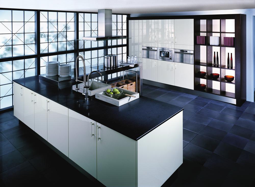 Moderne keuken met witte keukenkasten en zwart werkblad door het