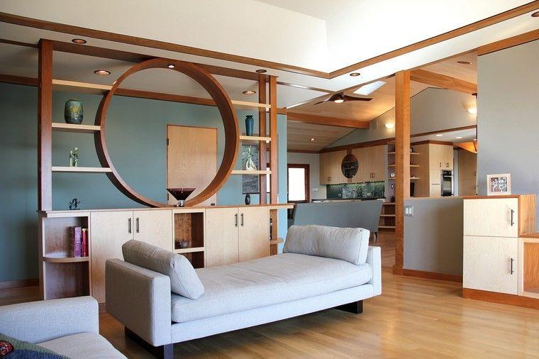 pared separadora de madera y estanterias