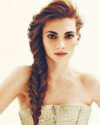 Gorgeous fishtail. and love the natural-colored lips and barely there smokey brown eye with filled-in brows. :)