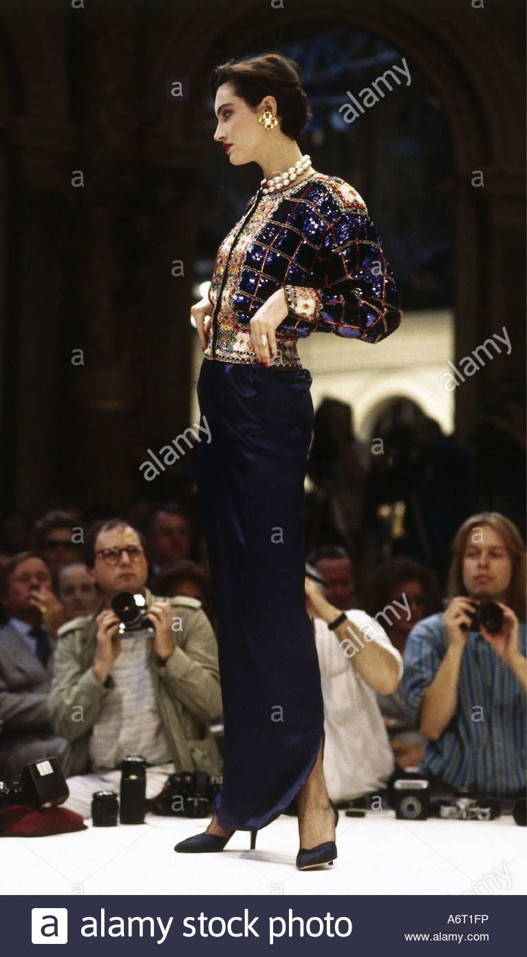 Dieses Stockfoto: fashion, 1980s, mannequin, wearing skirt and spencer, full length, catwalk, spring summer, by Chanel, 1985