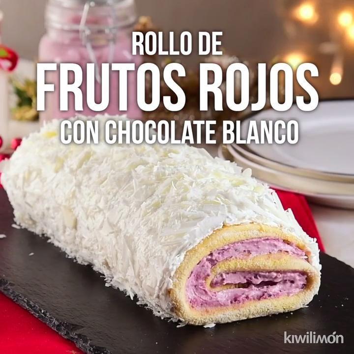 Prepara este increíble postre; un rollo de frutos rojos con chocolate blanco. La mejor combinación no sólo de sabor, si no de texturas. Lo amarás.