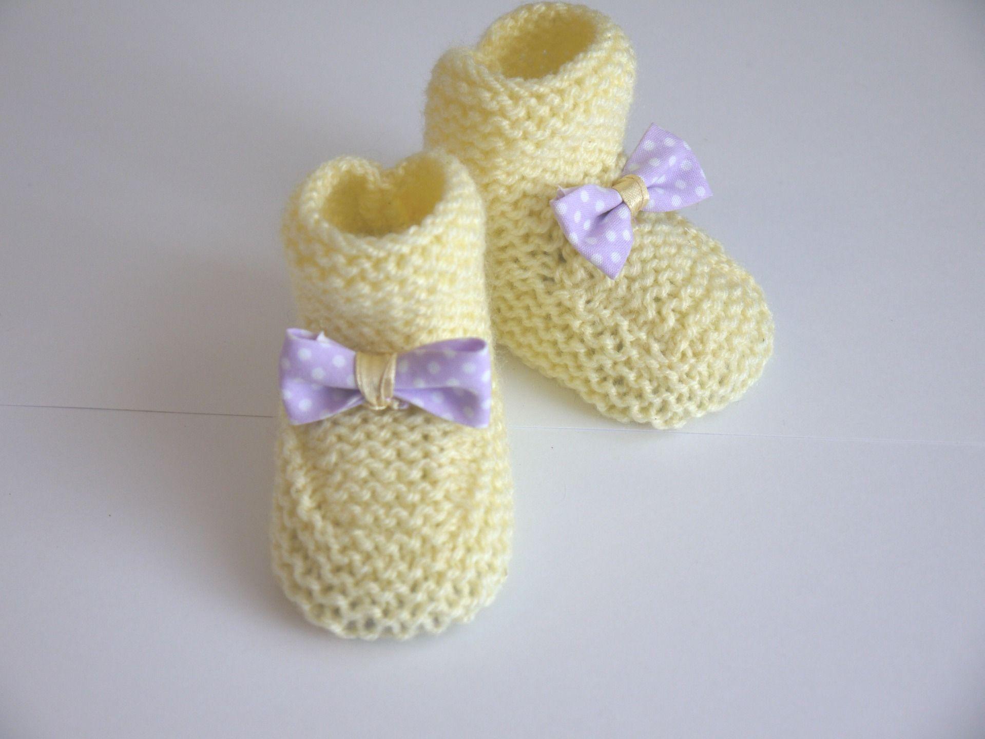 6272ea07ec54c chaussons jaune clair bébé fille chaussures naissance 0 1 mois noeuds tissu  violet pois blancs