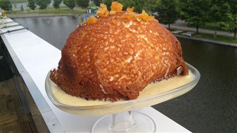 Iles flottantes, crème anglaise et caramel mou accompagnés de tuiles croquandines