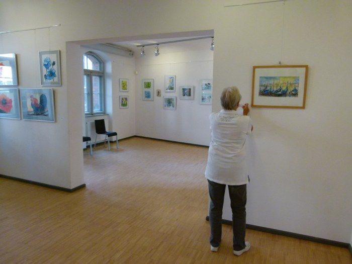 "Ausstellung ""Faszination Aquarell"" in der MV-Fotogalerie | Bilder, Aquarelle Malschüler beim Hängen der Bilder (c) FRank Koebsch (6)"