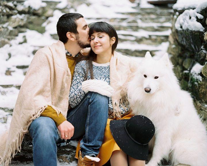 Christmas wintry wonderland engagement photo session | fabmood.com #engagement #engaged #engagementphotos #winterengagement #christmas #fireplace #snowengagement #wintrywonderland