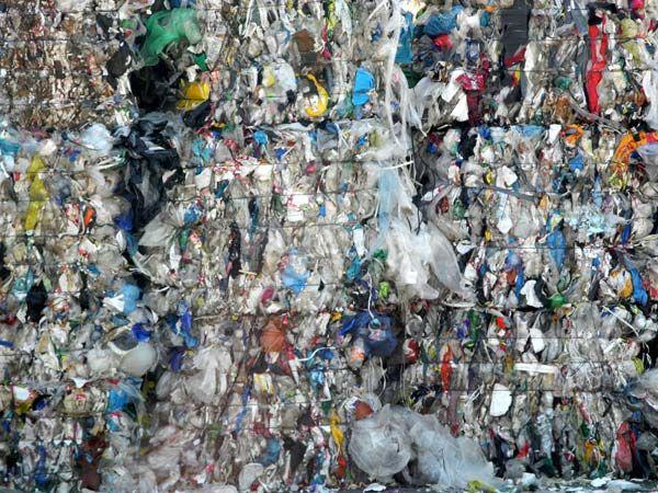 Plastikflaschen: benutzt, weggeworfen, gesammelt, müll-getrennt, gepresst, gestapelt, wiederverwertet... Fotos vom Gelände am Rinterzelt in 1220 Wien  Müll vermeiden im Jahr 2015. Oder zumindest Müll vermindern. Bestandsaufnahme erst! Mach mit!  Mehr auf http://www.tomatetomate.eu/muell-vermeiden/