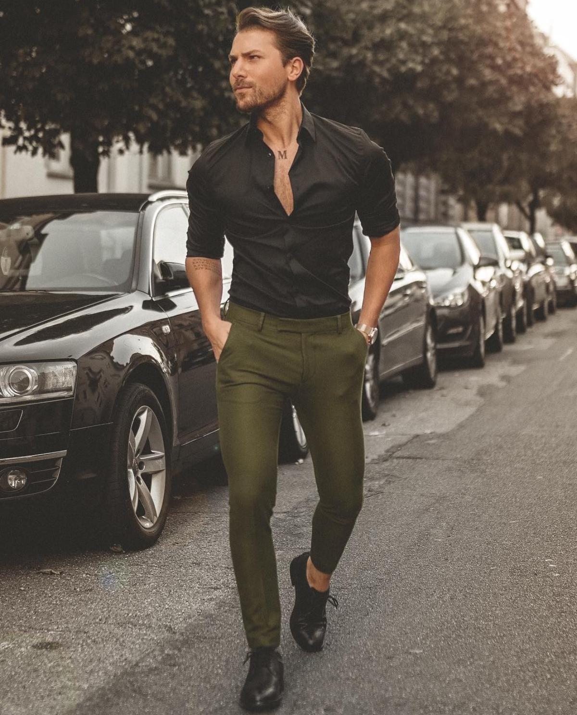 33eab0cbc Outfit masculino com camisa social preta, calça de alfaiataria verde  militar e sapato derby. Vejam os 6 erros mais comuns que os homens cometem  ao usar ...