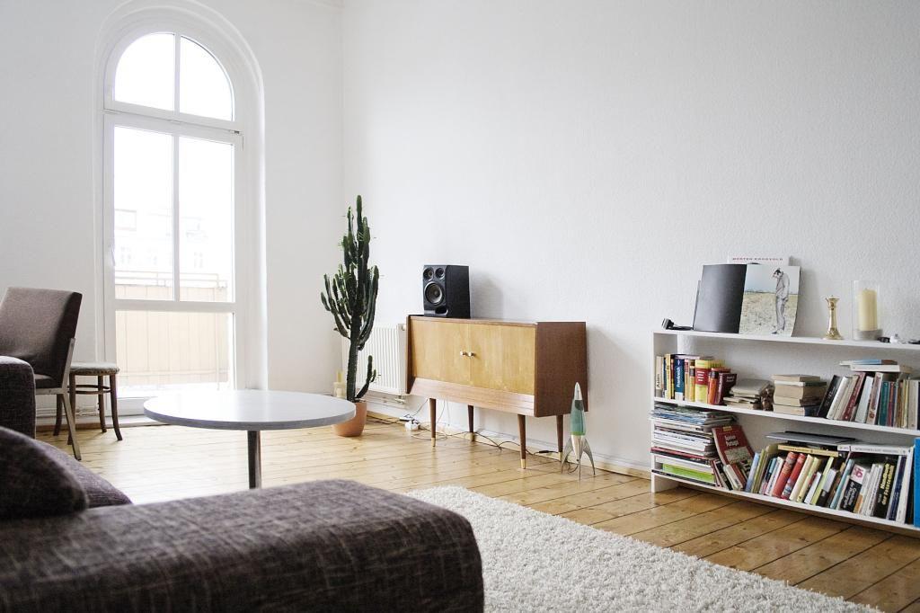 lichtdurchflutetes wohnzimmer in berlin: altbau mit großem