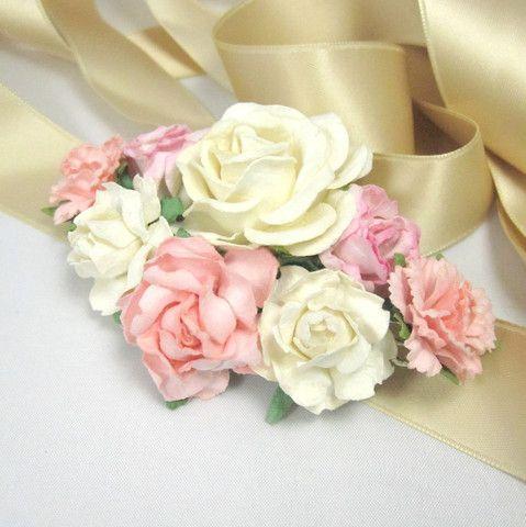 Blomsterpyntet bælte med hvide og lyserøde blomster- unik pynt fra Cloudcake - Cloudcake