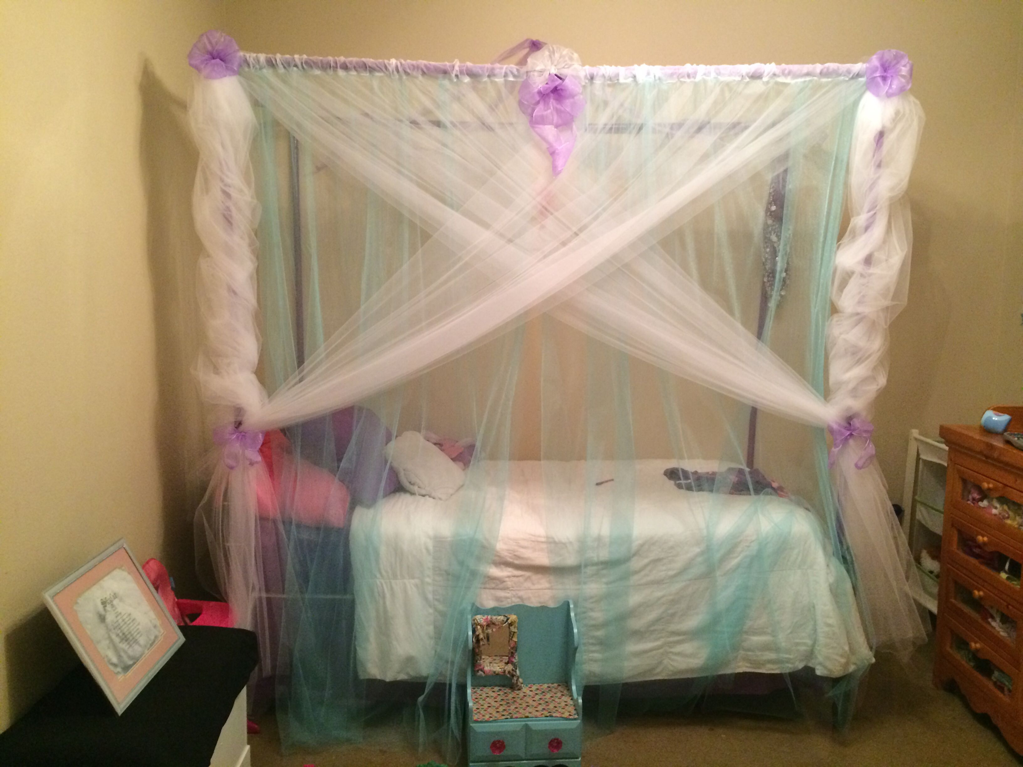 Frozen bed canopy homemade! & Frozen bed canopy homemade! | Little princess bedroom ideas ...