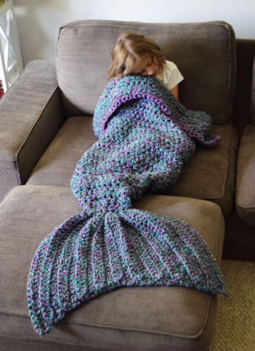 Esta cola de sirena tejida hará que te replantees usar pijama #tejidos
