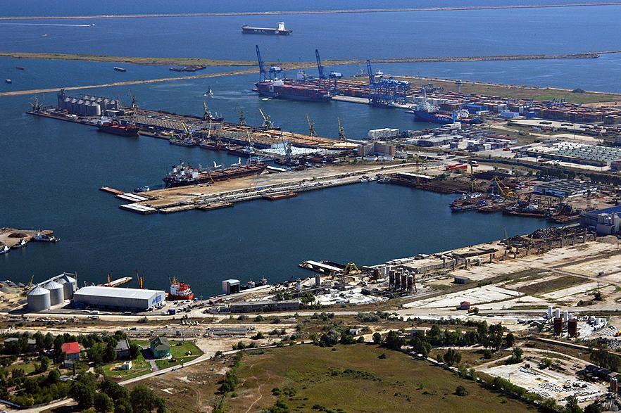 Orasul de pe malul marii, fondat in anul 600 i. Hr., este cel mai vechi oras care exista in prezent din Romania si este capitala judetului cu acelasi nume, Constanta. Orasul cu deschidere la Marea Neagra adaposteste de asemenea cel mai mare port al Marii Negre: suprafata portului este de 39.26 km patrati, iar lungimea este de aproximativ 30 km.