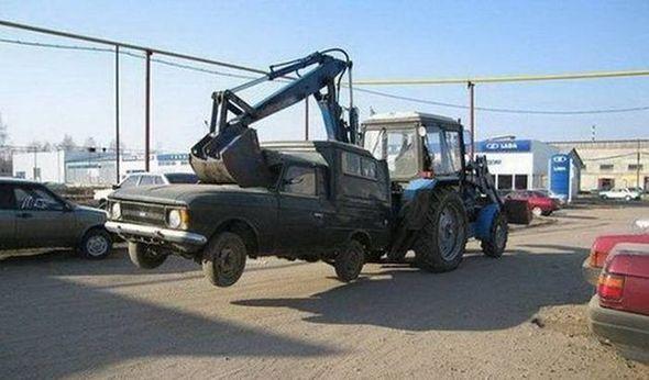 Tractor transportando un coche