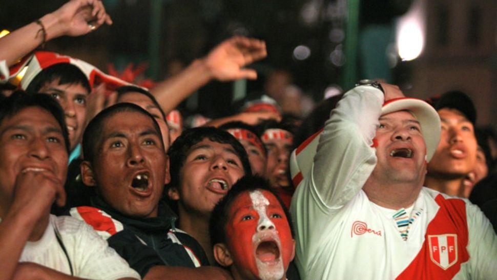 Resultado de imagen para hinchas peruanas