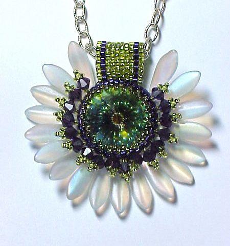 http://www.beadswest.com/classes/classpix/large/Pat_sunflower_rivoli_bezel.jpg - daggerblomst smukt vedhæng