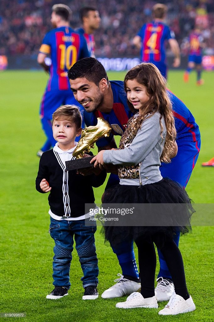 Luis Suarez of FC Barcelona poses with his daughter Delfina (R) and his son Benjamin (L) with the Golden Boot trophy before the La Liga match between FC Barcelona and Granada CF at Camp Nou stadium on October 29, 2016 in Barcelona, Spain.