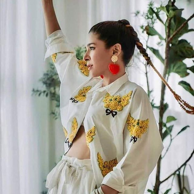 Ayesha Omar sports a quirky look in her latest pic #ayeshaomer #pakistan_pics #Pakistan  Ayesha Omar...