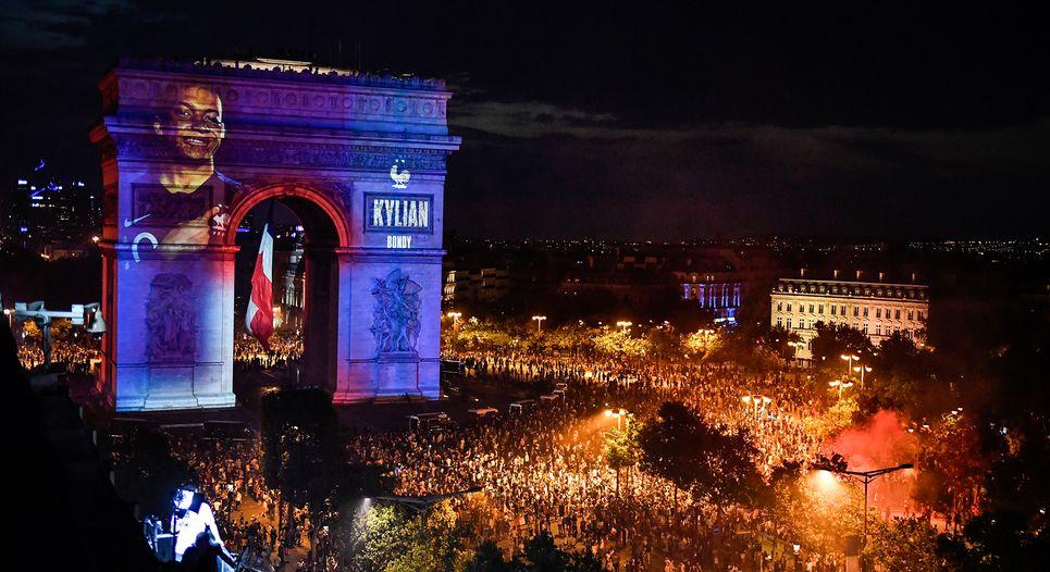 Des Champs Elysées à la place de la République, une nuit de