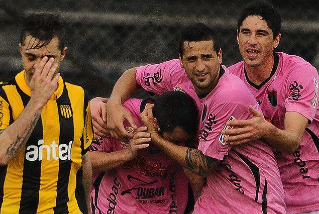 Todos los abrazos a Yuri Galli en el gol del empate 2:2.