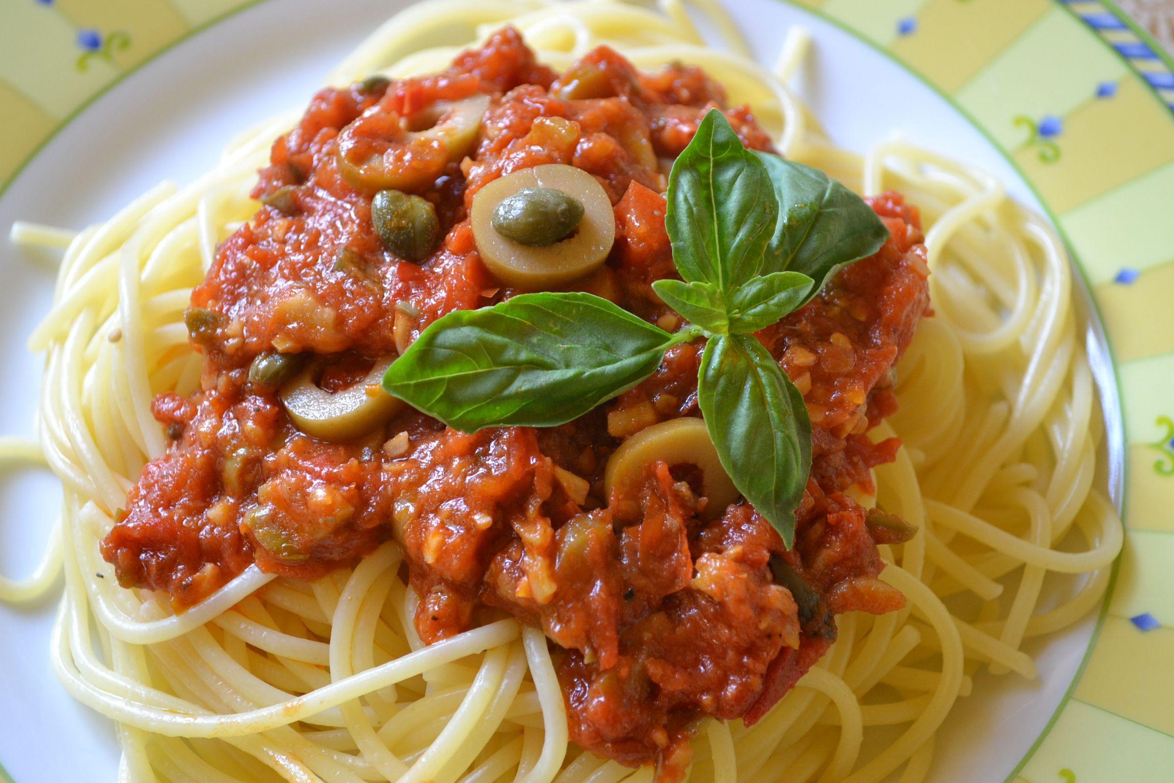 Spaghetti alla puttanesca - Superschnell und superlecker - Spaghetti alla puttanesca ist ein original italienisches Nudelrezpt mit lange haltbaren eingelegten Zutaten. Nur frische Tomaten braucht man noch.