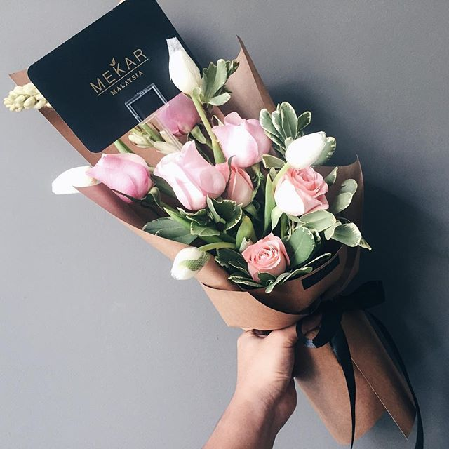 The Tulip Is A Well Known Flower With So Many Varieties This Is A Flower That People Look At Flowers Bouquet Gift Graduation Flower Bouquet Graduation Flowers