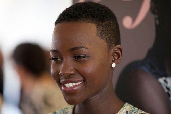 Coupe de cheveux femme noire court naturel